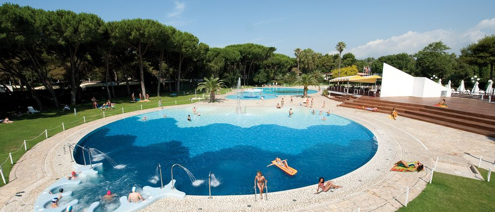 Camping with swimming pool on the Gulf of Gaeta
