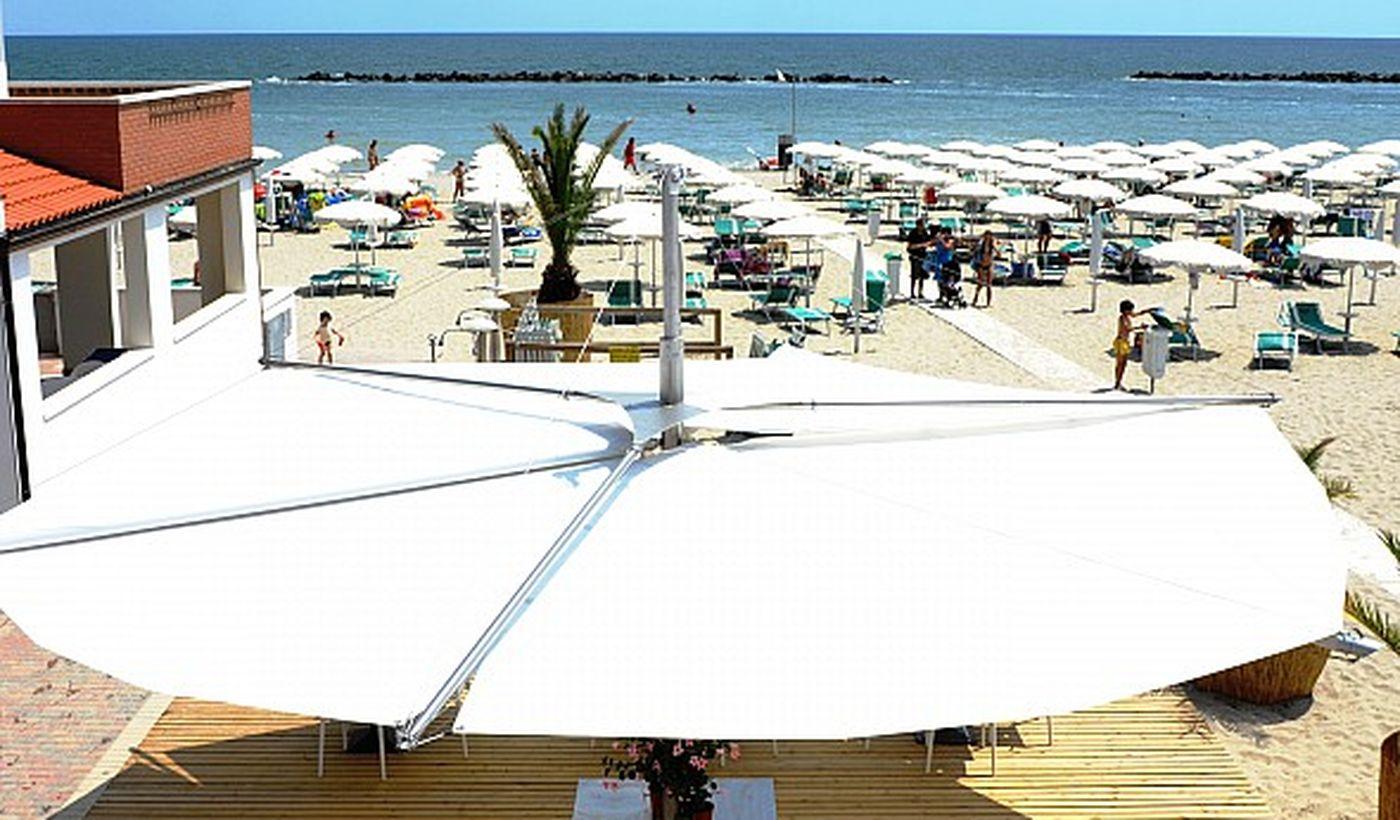 Spiaggia con bar