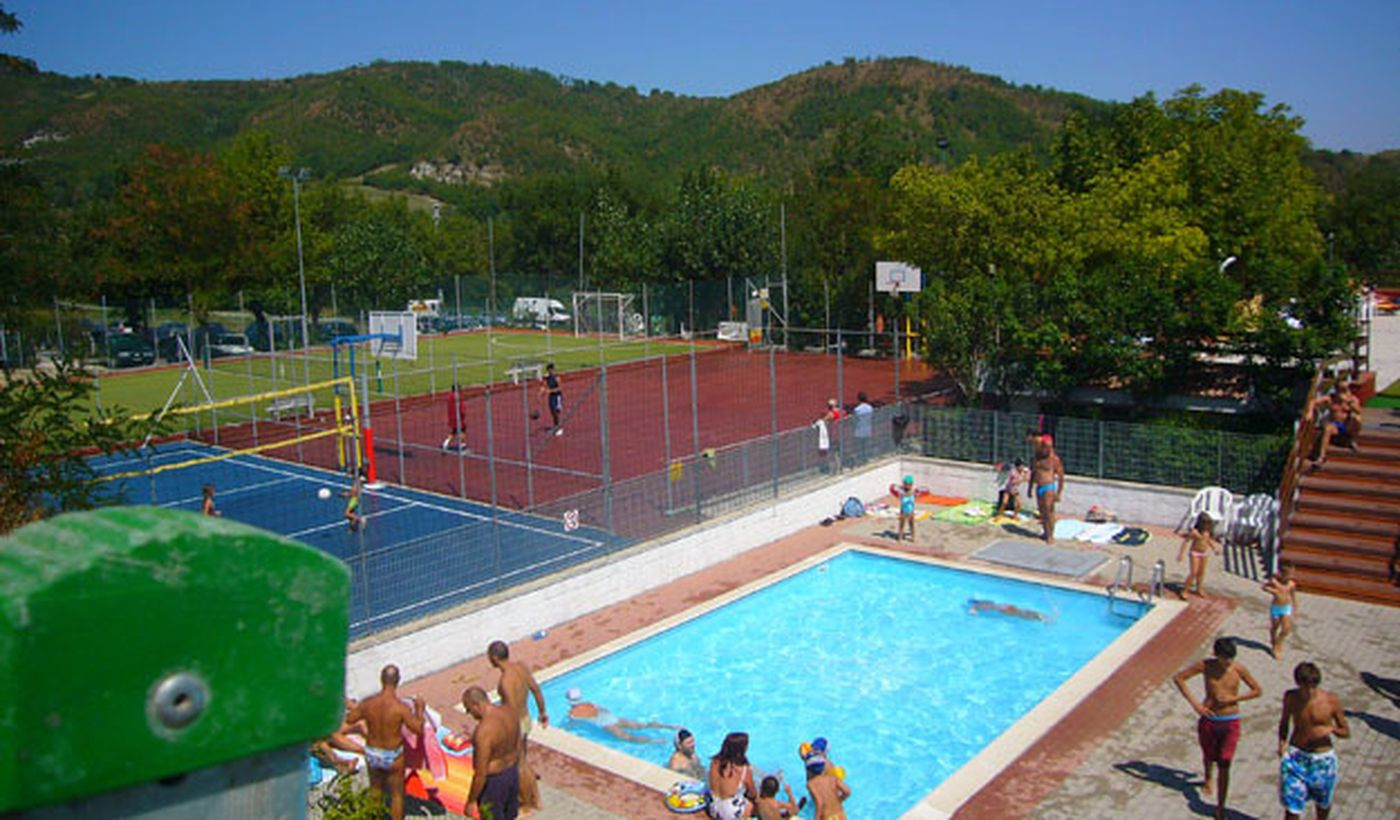 Quattro stagioni villaggio camping sarnano marche camping - Del taglia piscine ...