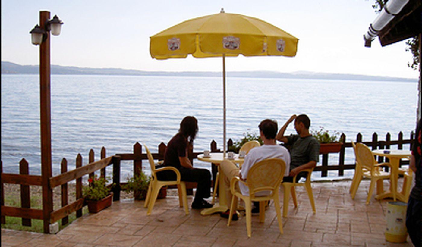Bar mit Blick auf den See
