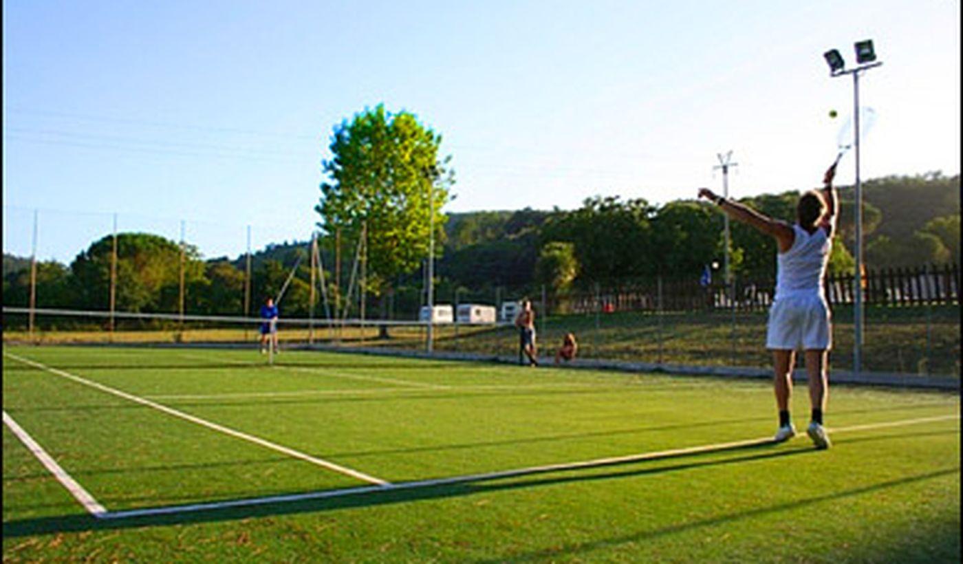 Tennisplatz auf dem Campingplatz