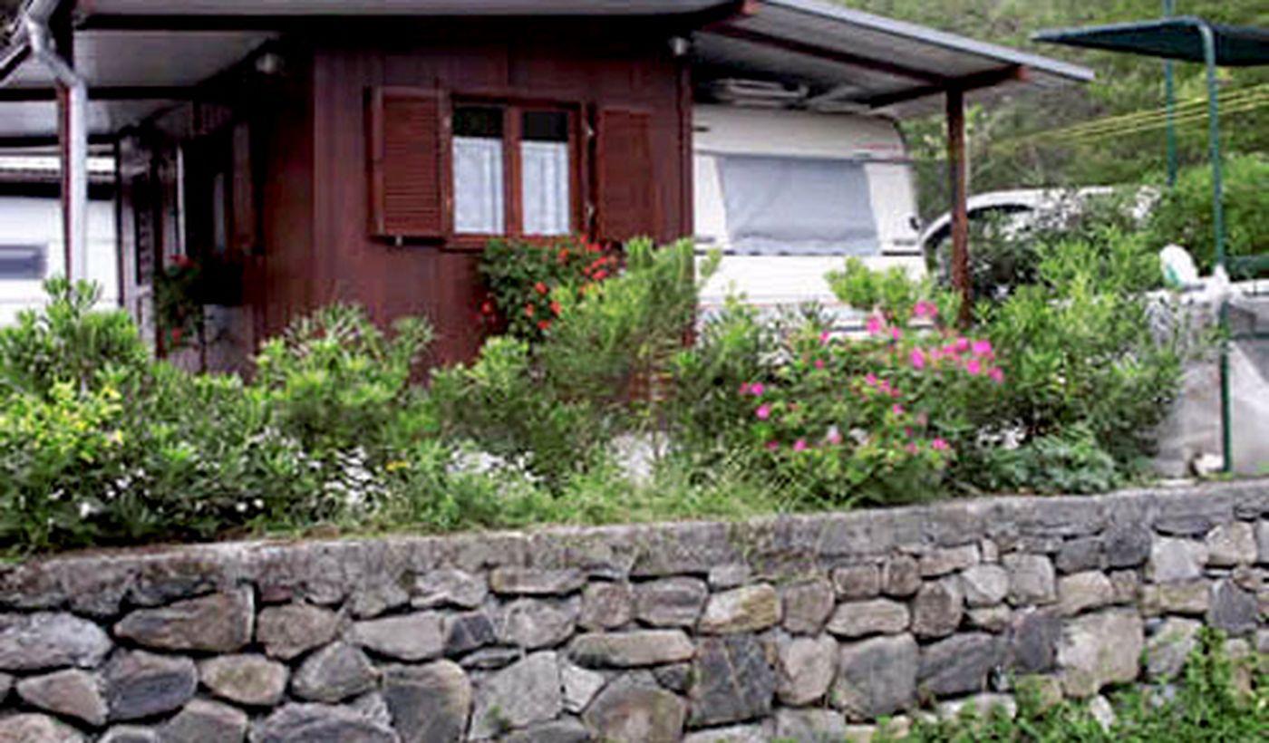 Caravan del villaggio e campeggio