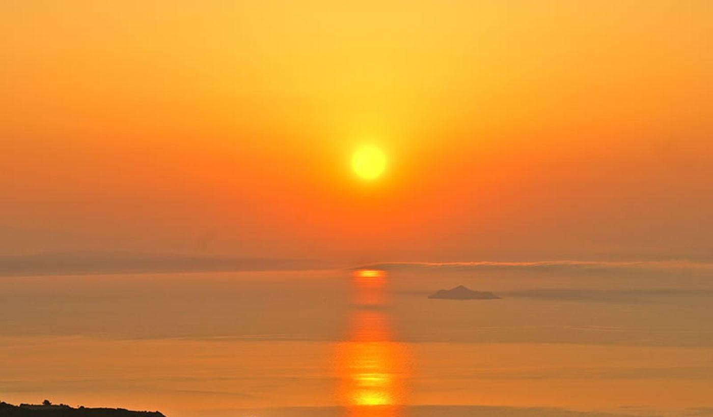 Sonnenuntergang über dem Meer in der Toskana