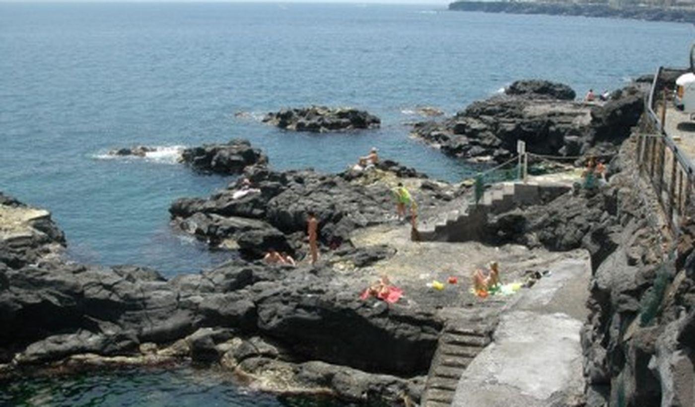 Spiaggia rocciosa a Catania