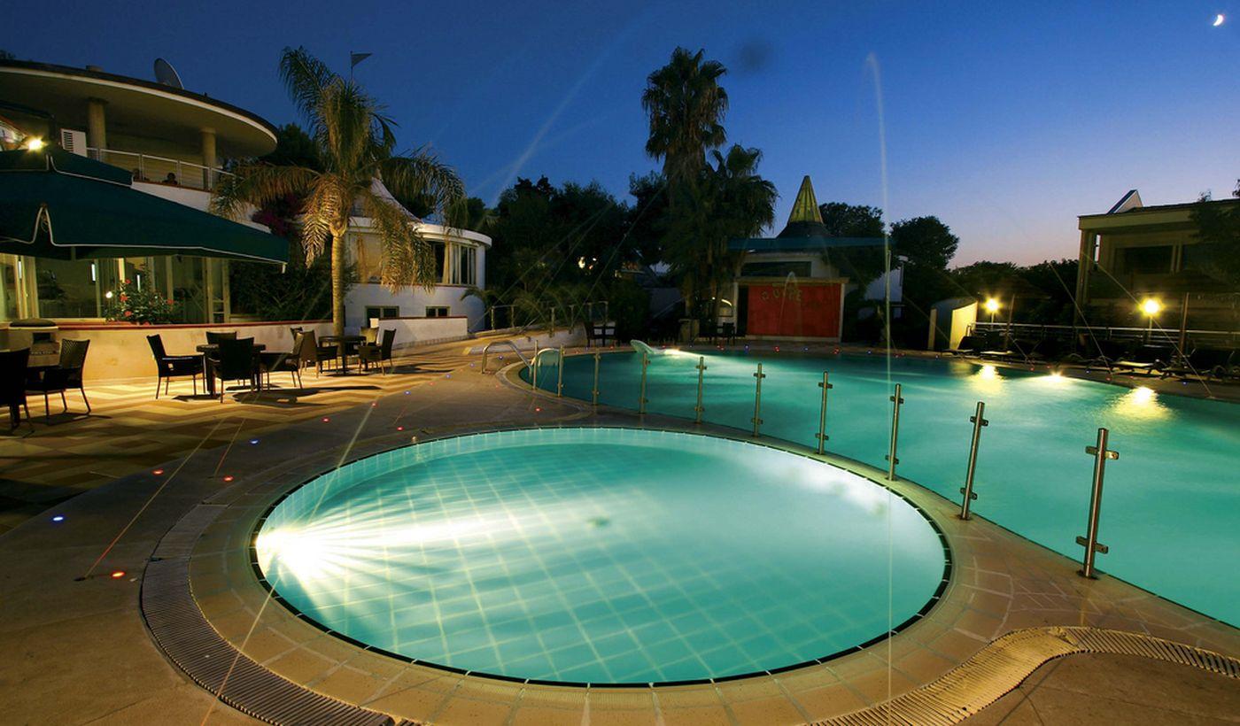 Village Hotel mit Schwimmbad, an der Costa degli Dei