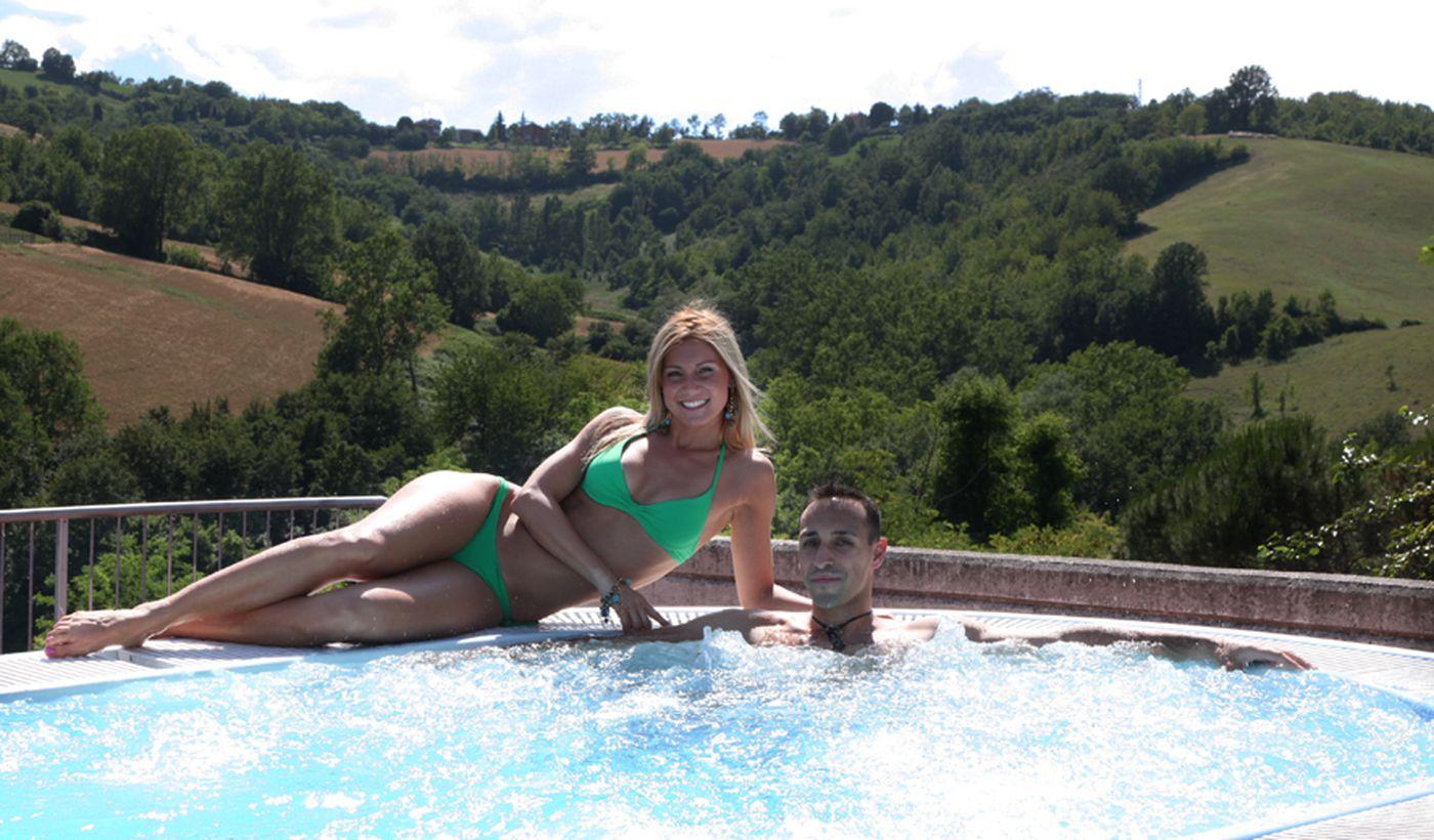 Détendre dans la piscine du camping