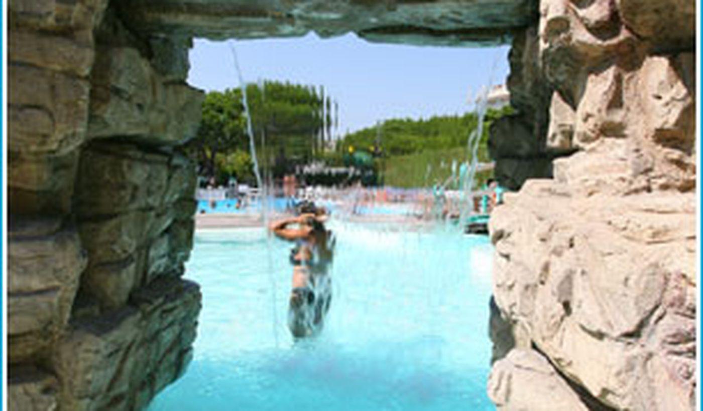 Schwimmbad mit Wasserrutsche, Spiele und Wasserfälle