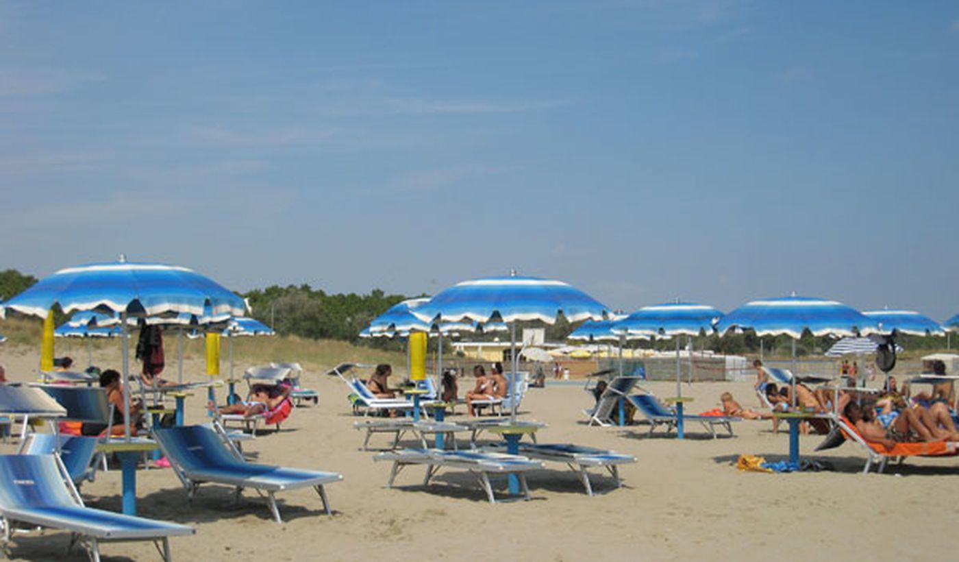 Spiaggia con ombrelloni e lettini