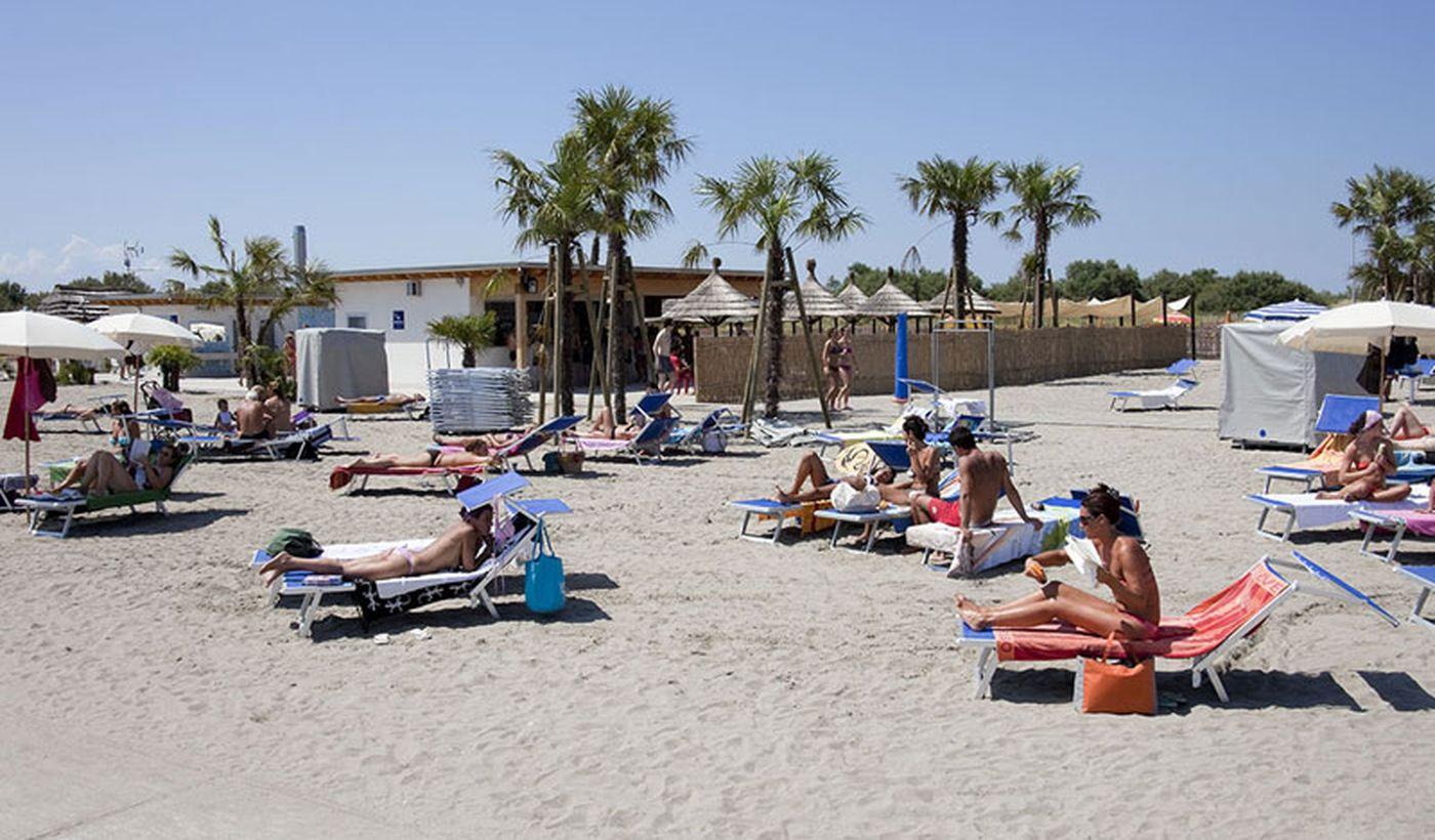 Strand mit Liegen und Sonnenschirmen