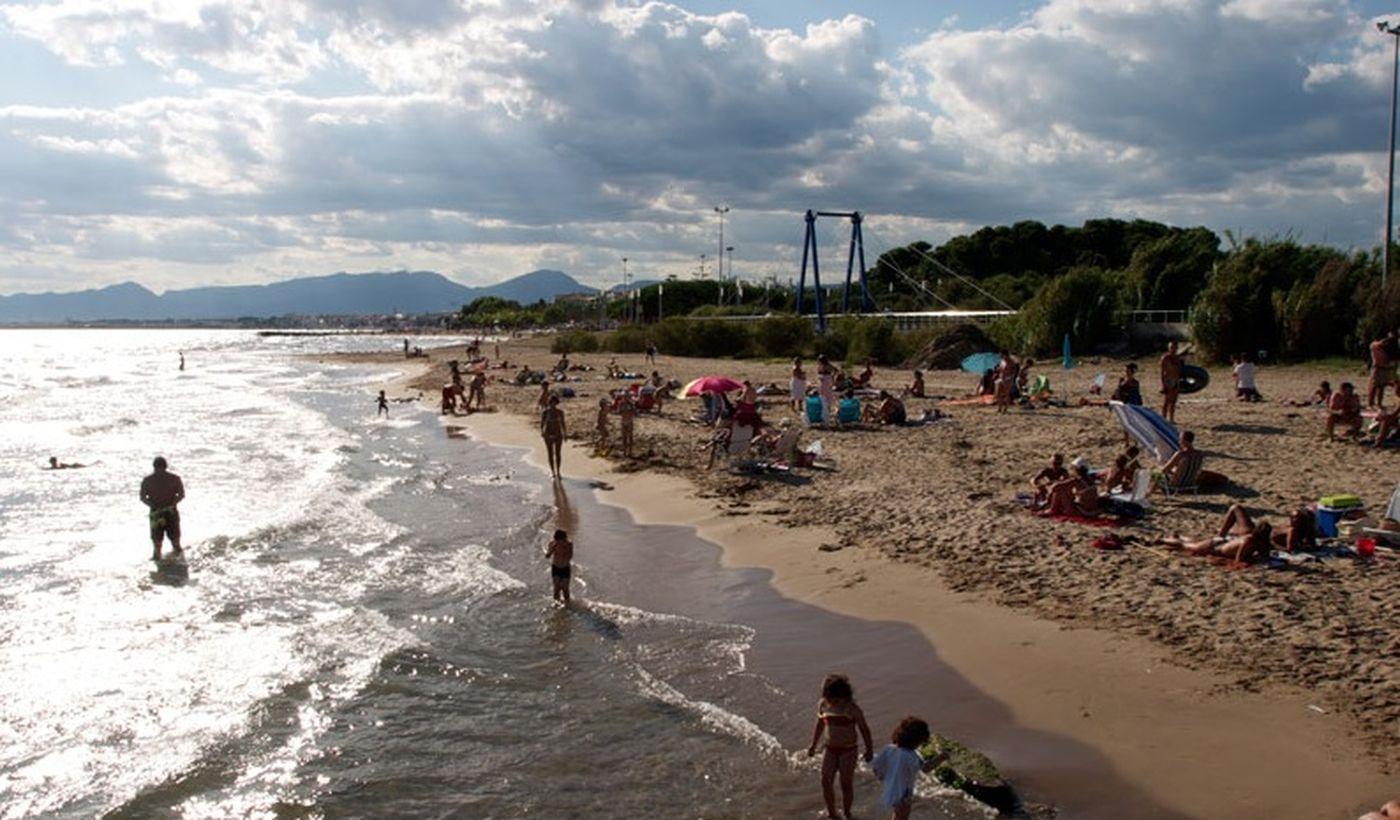 La playa en la Costa Dorada, Cataluña