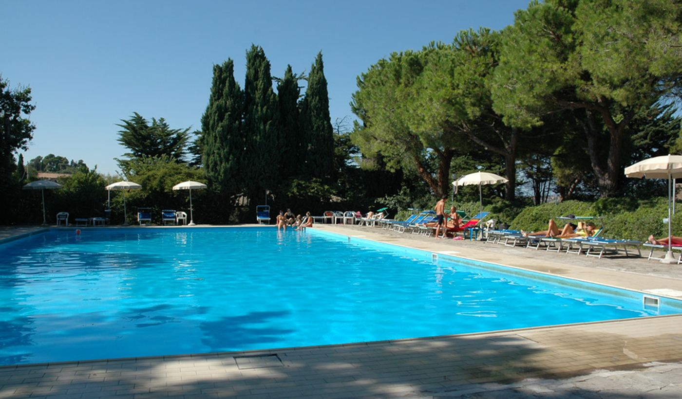 Camping Village con Piscina a San Costanzo, Marche