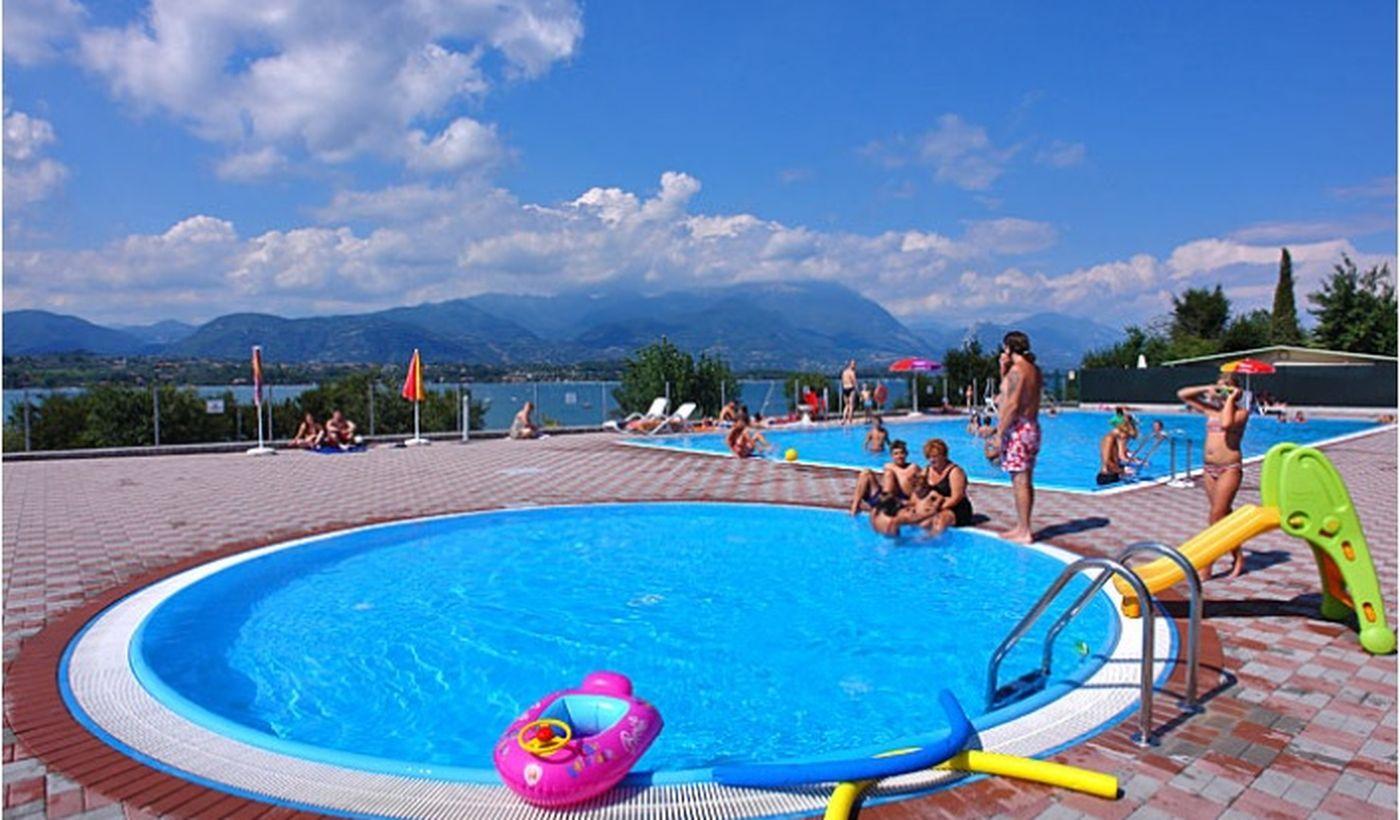 Piscina con Vista Panoramica sul Lago di Garda