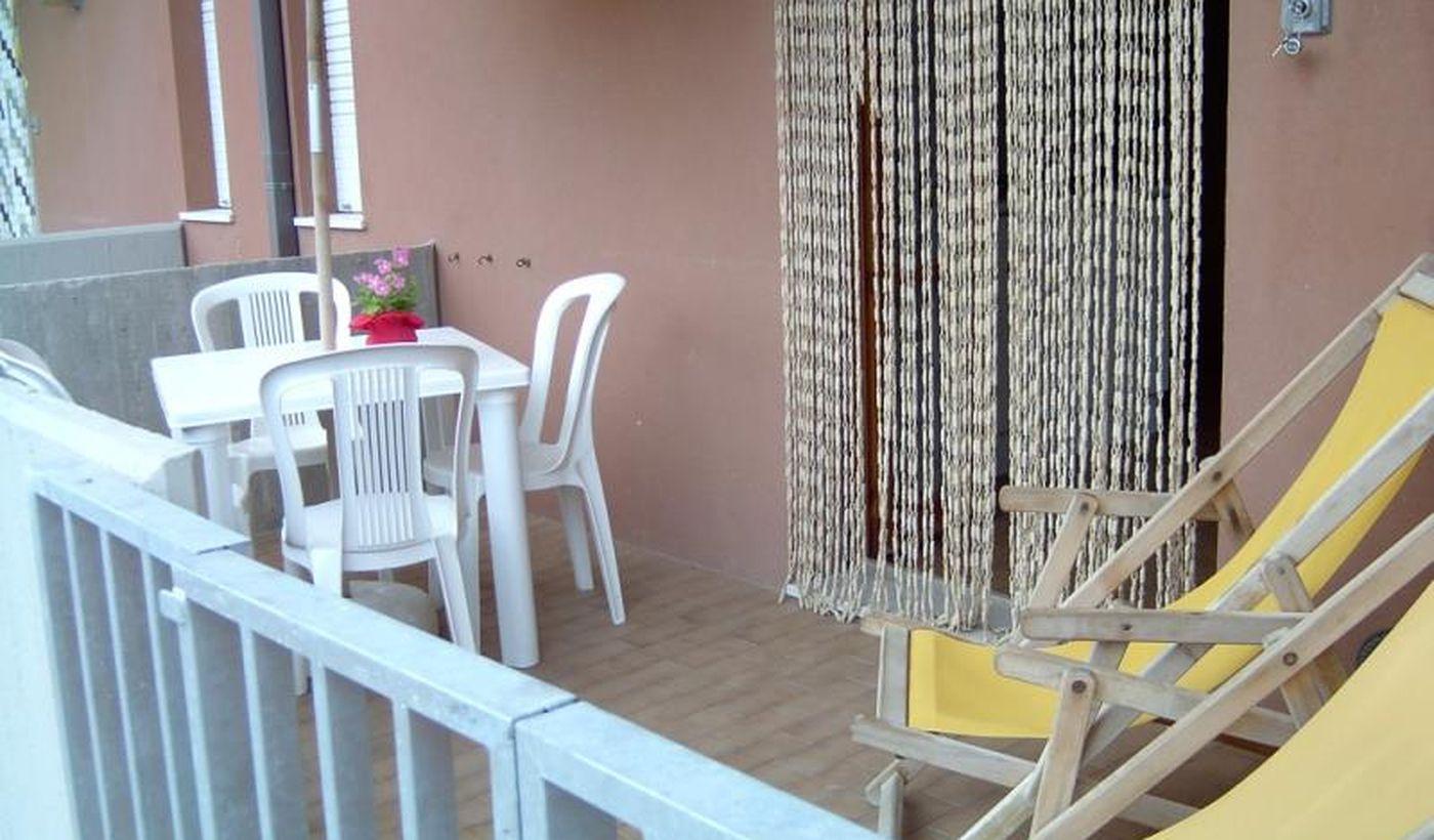 Esterno con tavolo e sedie