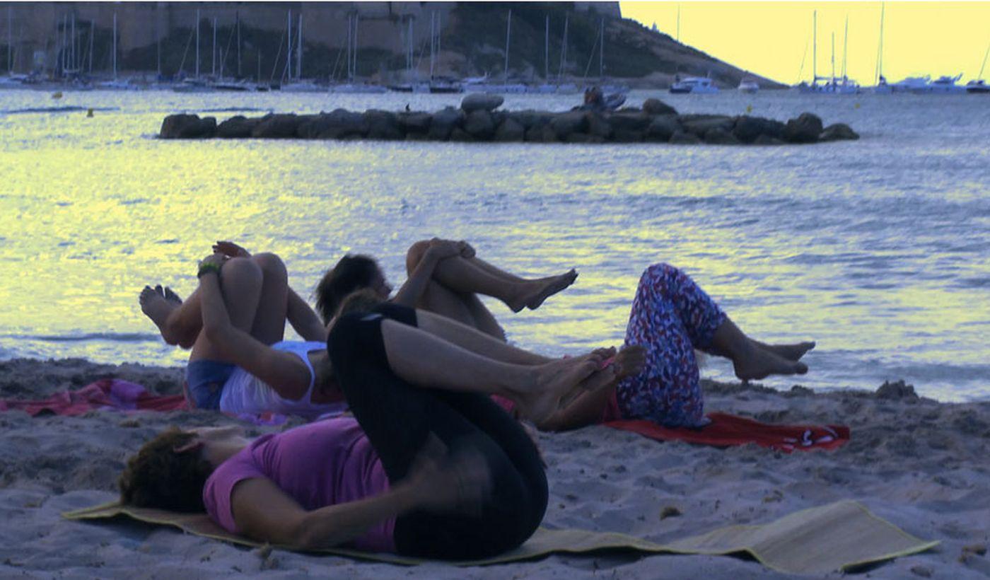 El estiramiento en la playa