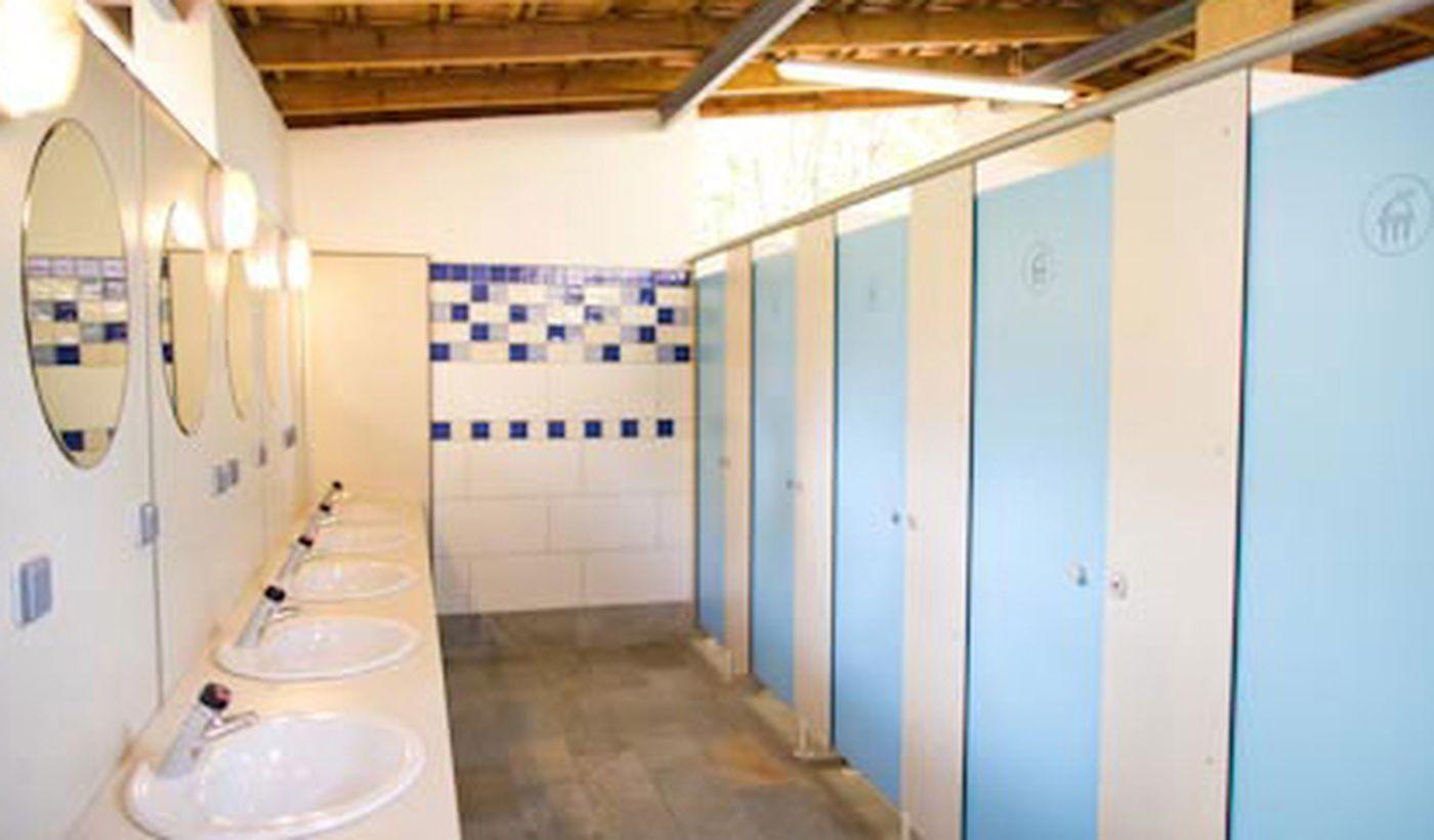 Toilettes et douches propres et modernes