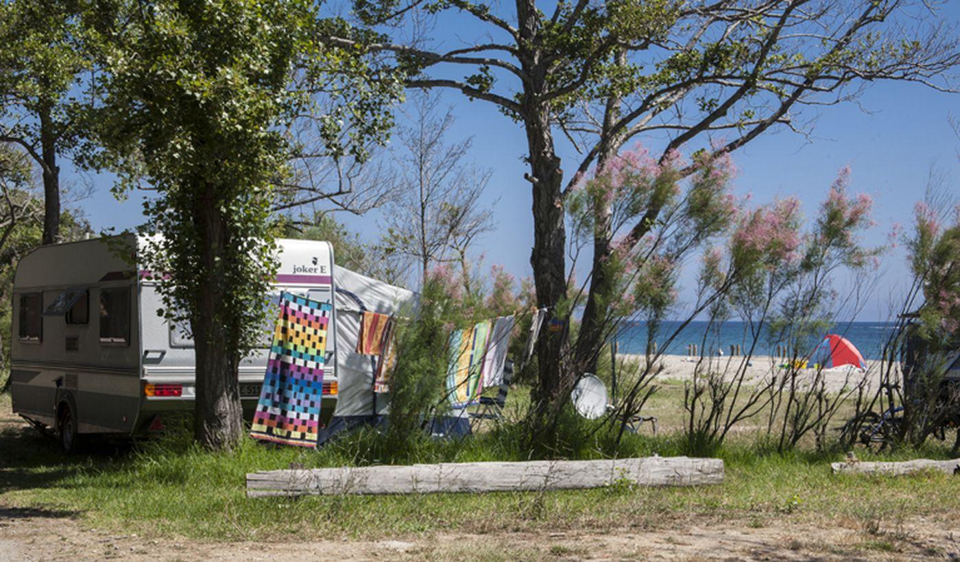 Camping sur la plage de Corse, France