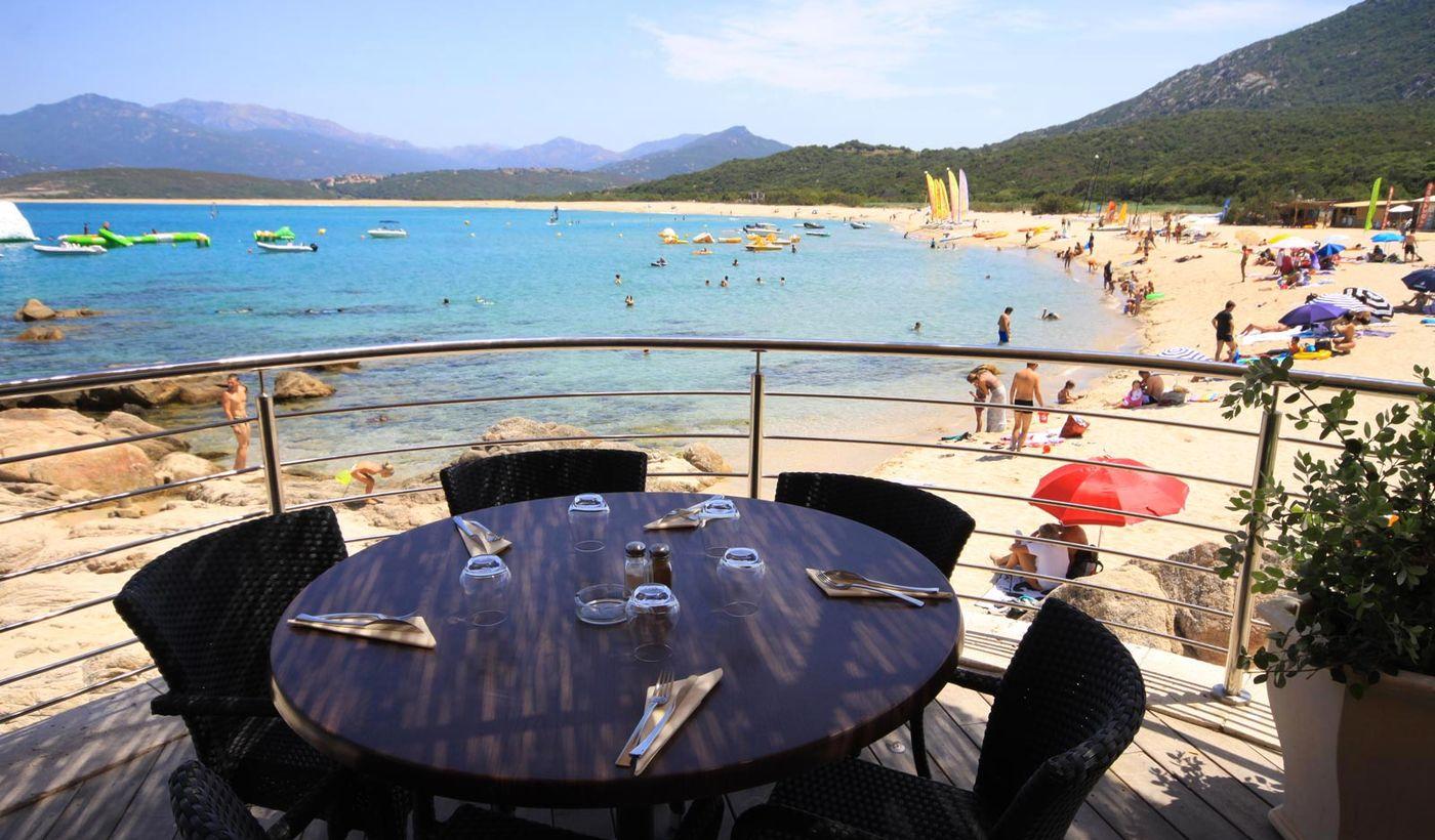 Village avec restaurant sur la mer à Belvédère Campomoro