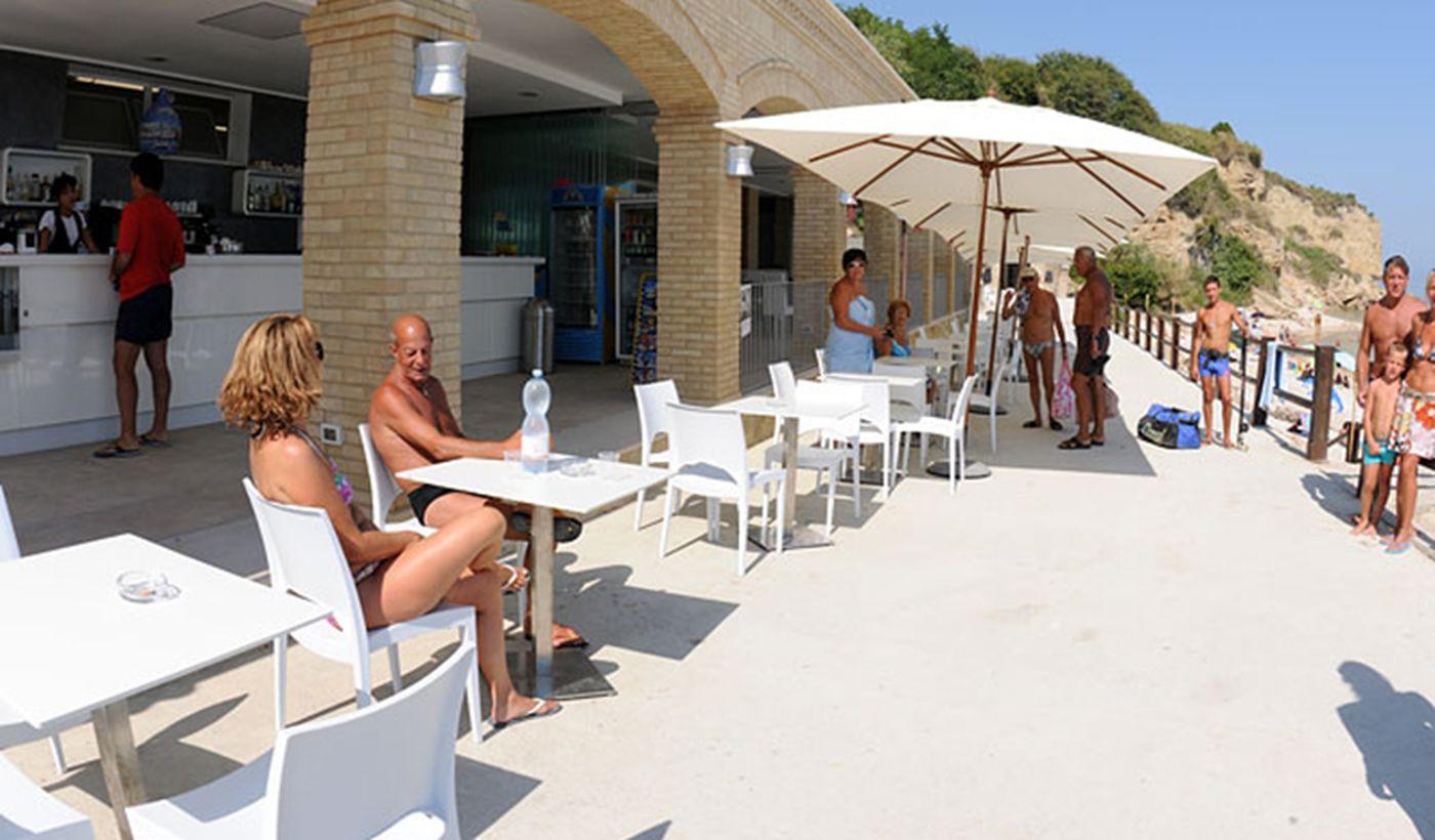 terrazza del bar sulla spiaggia