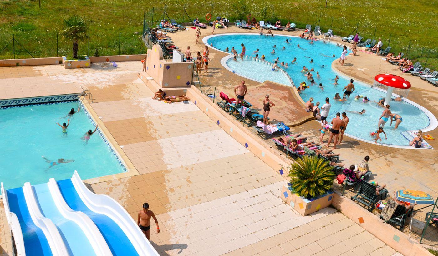 L'espace aquatique, la piscine chauffée, le toboggan du camping Les Fauvettes