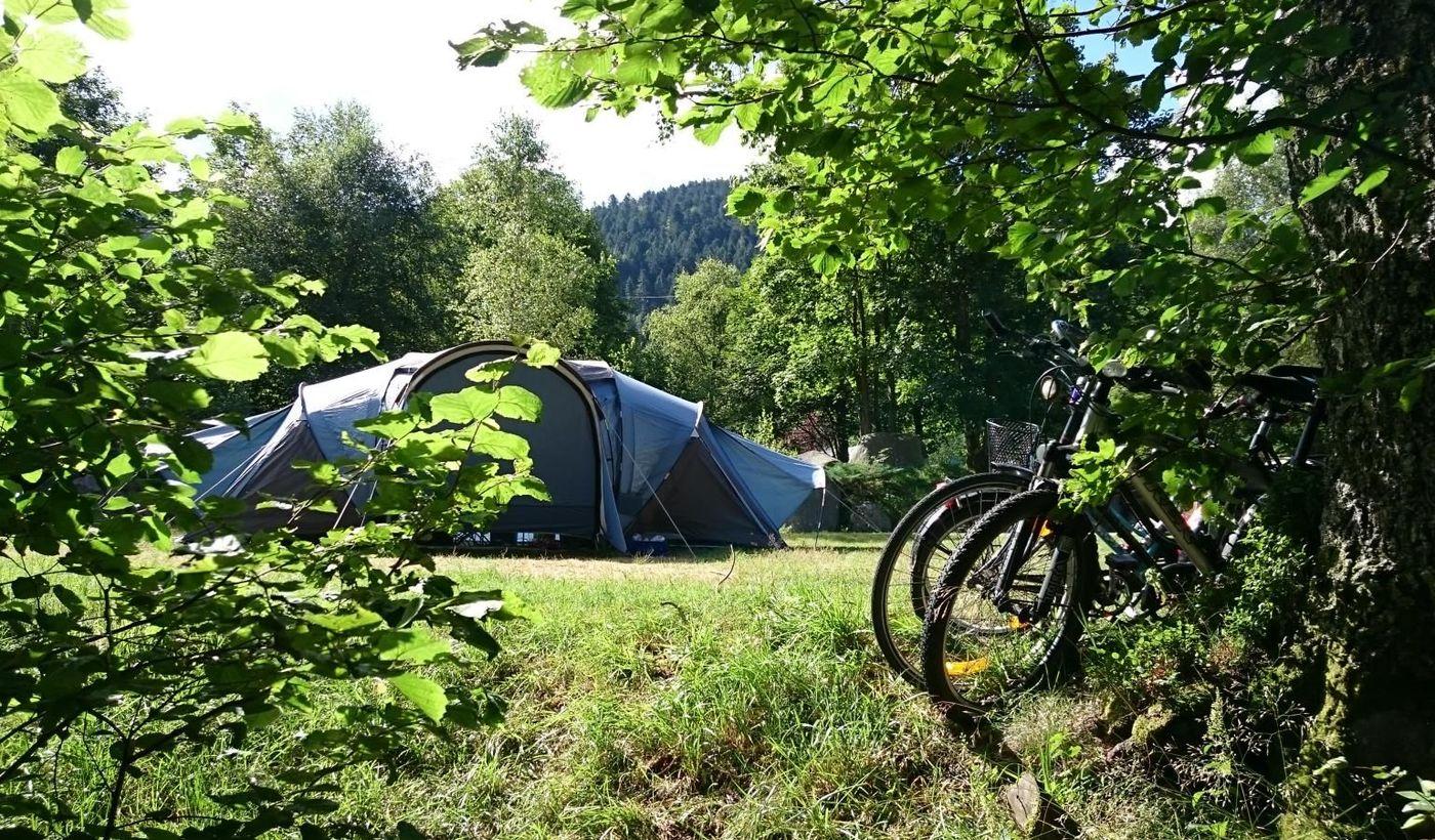 Les espaces pour les tentes du Camping de la Croix Saint Martin