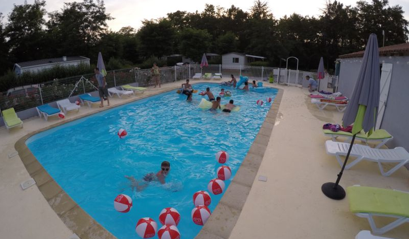 La piscine du Camping Acacias
