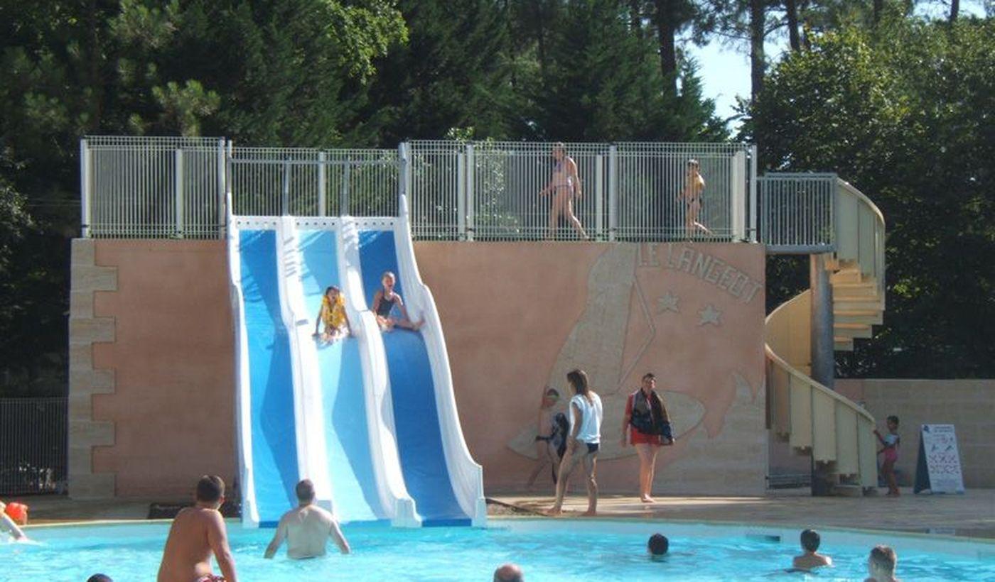 La piscine avec toboggans