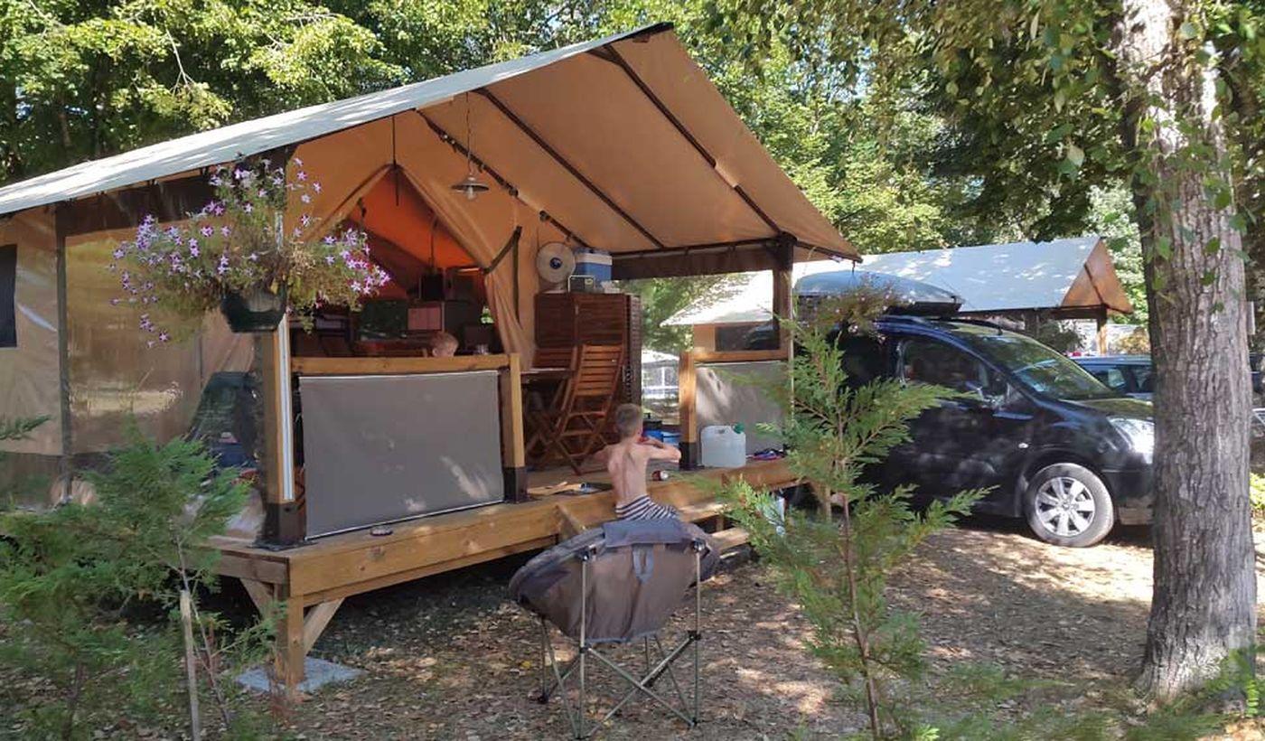 Camping Village avec Piscine à Saint Charamand