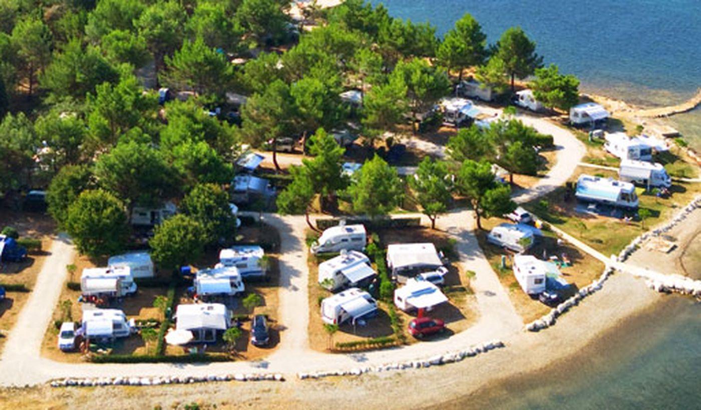 La spiaggia del Camping Orsera, in Croazia