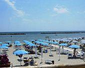 Strand mit Sonnenschirmen und Liegestühlen