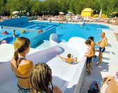 Ferienanlage mit Pool und Wasserrutschen