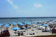 Strand met  Parasols en strandstoelen