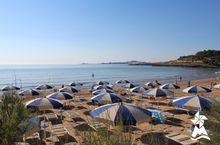 Strand mit Sonnenschirmen