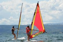 Windsurfing auf Bolsenasee, Lazio