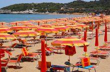 Privatstrand mit Sonnenschirm und Liegen