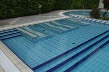 Schwimmbad fuer Erwachsene mit Unterwassermassagge