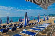 Ausgerüsteter Strand in Pietra Ligure