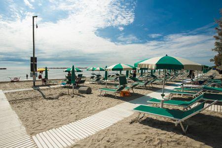 Lettini e ombrelloni in spiaggia