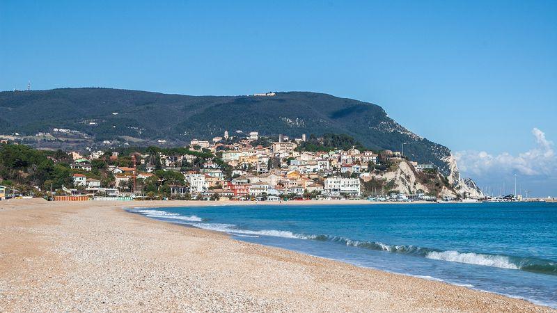 Le migliori spiagge delle Marche per le vacanze in villaggio