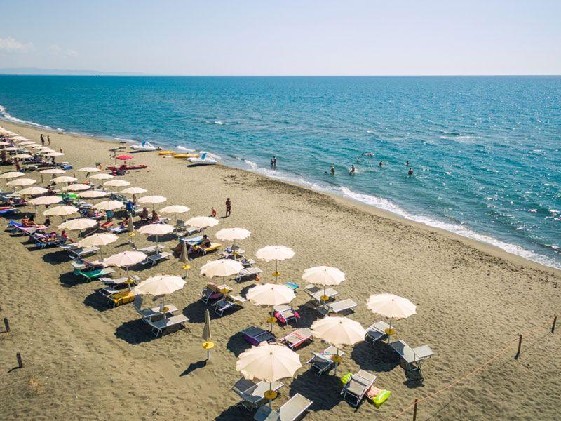 Strand met Parasols en ligstoelen